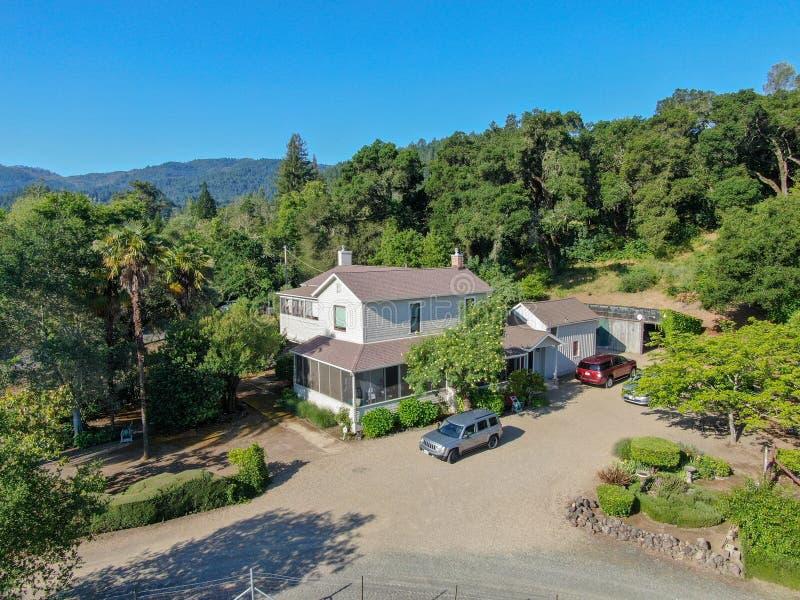 Vista aérea de la casa de madera blanca americana clásica linda en Napa Valley imágenes de archivo libres de regalías