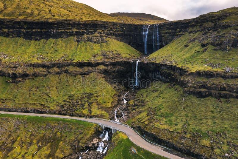 Vista aérea de la cascada de la fosa en la isla Bordoy en los Faroe Island foto de archivo libre de regalías