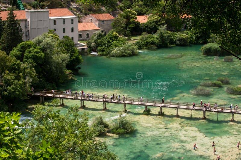 Vista aérea de la cascada Skradinski Buk y del puente de madera a través del río en el parque nacional de Krka imagenes de archivo