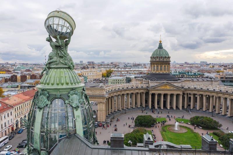 Vista aérea de la Catedral de Kazán en el claro día de otoño, una cúpula de cobre, cruz de oro, colomones, Nevsky Outlook, edific imágenes de archivo libres de regalías