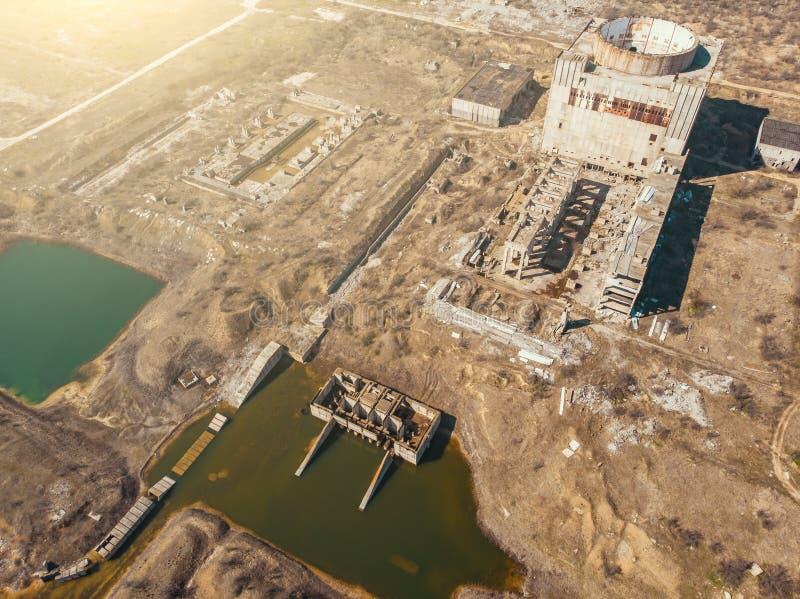 Vista aérea de la central nuclear abandonada y arruinada y de las pequeñas charcas de enfriamiento, atmósfera apocalíptica del po fotos de archivo libres de regalías