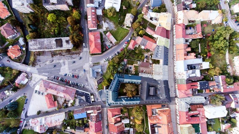 Vista aérea de la ciudad Banska Bystrica del slovak rodeado por mountai foto de archivo
