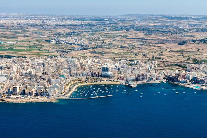 Vista aérea de la ciudad de Bugibba, la bahía en la región septentrional, Malta de San Pablo Destino popular del centro turístico fotografía de archivo libre de regalías