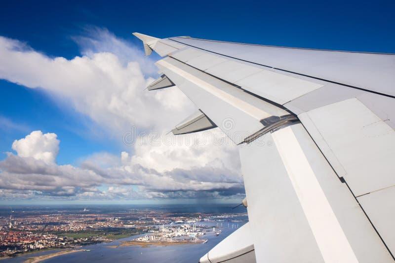 Vista aérea de la ciudad de Copenhague con el producto petroquímico e industria de la central eléctrica de la opinión del aeropla imagen de archivo