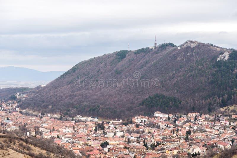 Vista aérea de la ciudad de Brasov en Rumania imagen de archivo