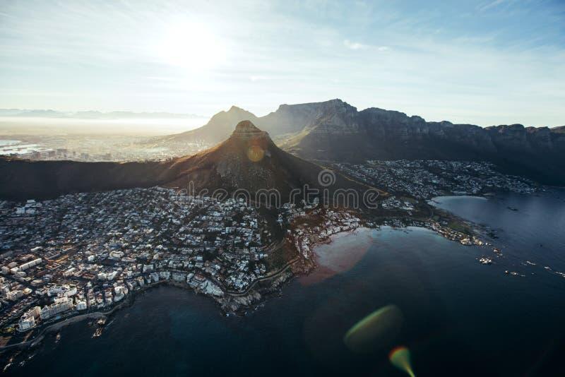 Vista aérea de la ciudad de Cape Town con el pico del diablo imagenes de archivo