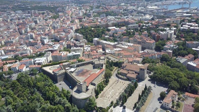 Vista aérea de la ciudad de Trieste, del fuerte viejo y del puerto, Italia fotos de archivo