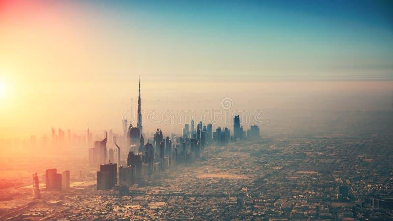 Vista aérea de la ciudad de Dubai en luz de la puesta del sol fotografía de archivo