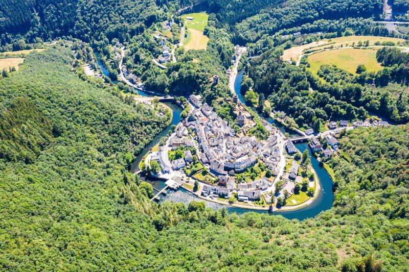 Vista aérea de la ciudad Esch-sur-segura, medieval en Luxemburgo, dominado por el castillo, cantón Wiltz en Diekirch fotografía de archivo