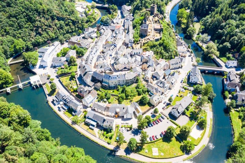 Vista aérea de la ciudad Esch-sur-segura, medieval en Luxemburgo, dominado por el castillo, cantón Wiltz en Diekirch fotos de archivo
