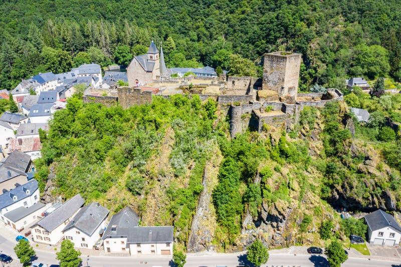 Vista aérea de la ciudad Esch-sur-segura, medieval en Luxemburgo, dominado por el castillo, cantón Wiltz en Diekirch imágenes de archivo libres de regalías