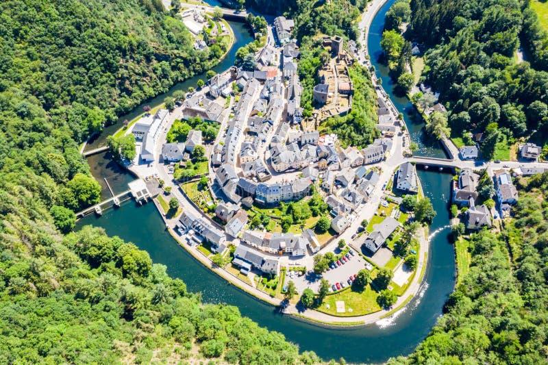 Vista aérea de la ciudad Esch-sur-segura, medieval en Luxemburgo, dominado por el castillo, cantón Wiltz en Diekirch imagen de archivo