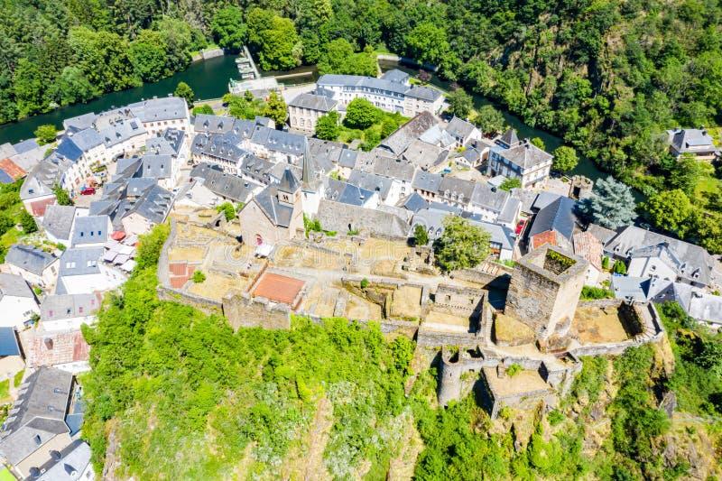 Vista aérea de la ciudad Esch-sur-segura, medieval en Luxemburgo, dominado por el castillo, cantón Wiltz en Diekirch fotografía de archivo libre de regalías