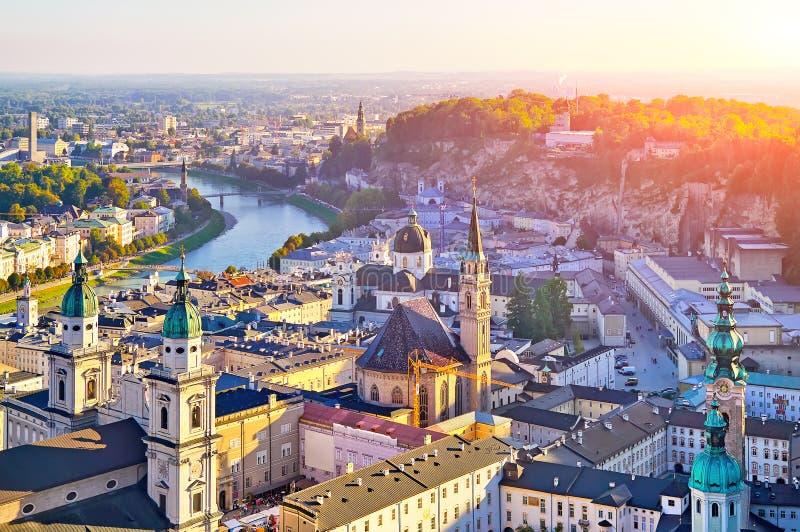 Vista aérea de la ciudad histórica de Salzburg en la puesta del sol, Salzburg foto de archivo libre de regalías