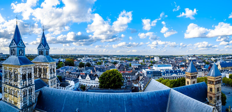 Vista aérea de la ciudad histórica de Maastricht en los Países Bajos de la torre de la iglesia de SStJohn fotos de archivo