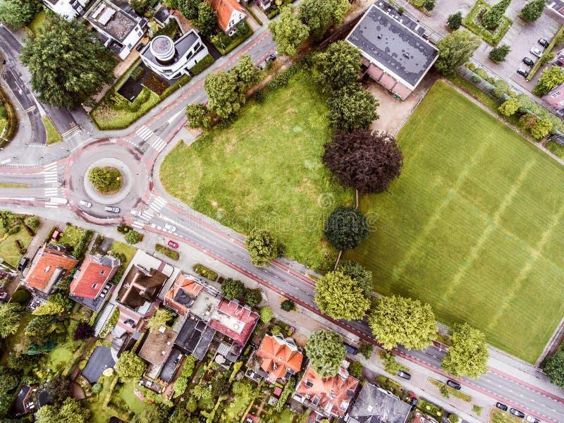 Vista aérea de la ciudad holandesa, builidings, parque, cruce giratorio fotos de archivo libres de regalías