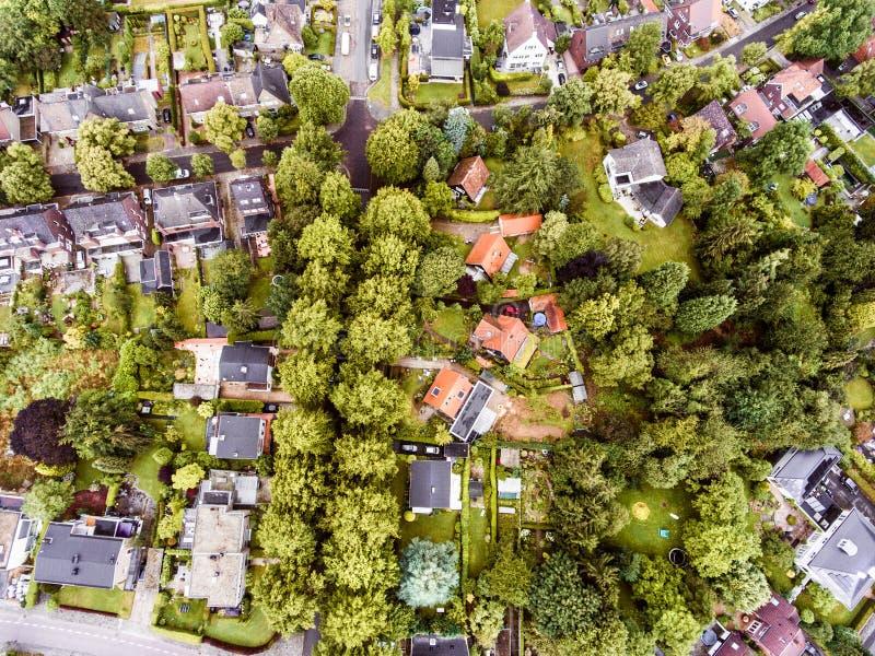 Vista aérea de la ciudad holandesa, casas con los jardines, parque verde imagen de archivo libre de regalías