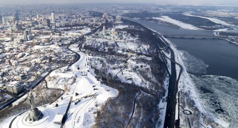 Vista aérea de la ciudad de Kiev, Ucrania Río de Dnieper con los puentes imagen de archivo libre de regalías