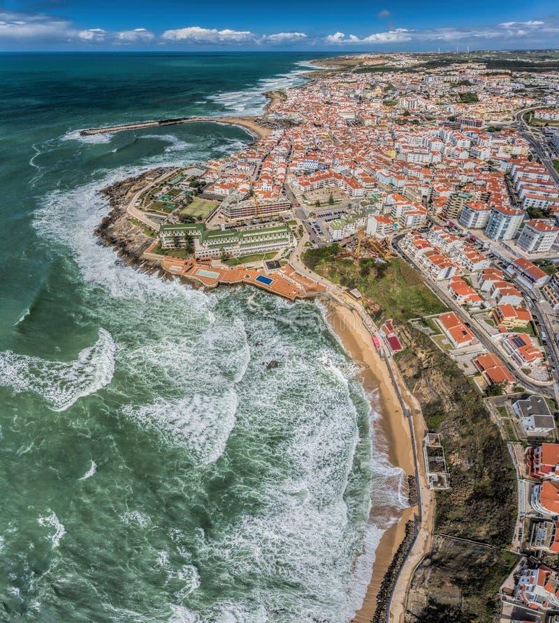 Vista aérea de la ciudad de las costas y de las calles de Ericeira fotos de archivo