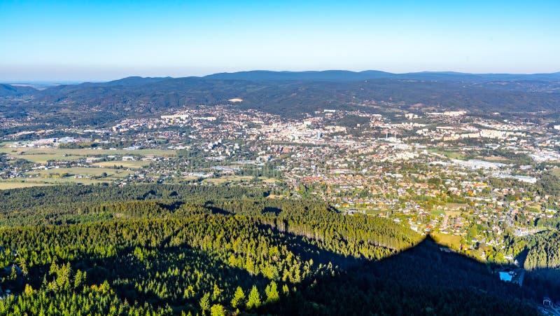 Vista aérea de la ciudad de Liberec y de las montañas de Jizera de la montaña bromeada en la tarde soleada del verano República C imagenes de archivo