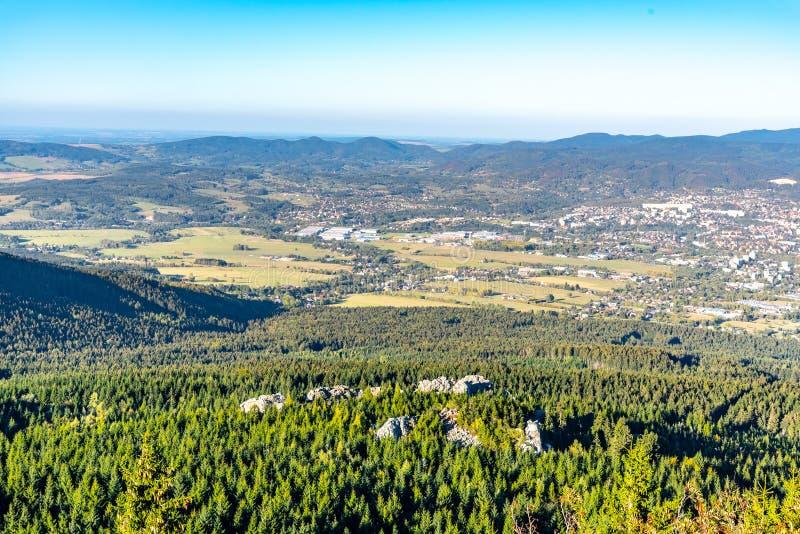 Vista aérea de la ciudad de Liberec y de las montañas de Jizera de la montaña bromeada en la tarde soleada del verano República C imagen de archivo