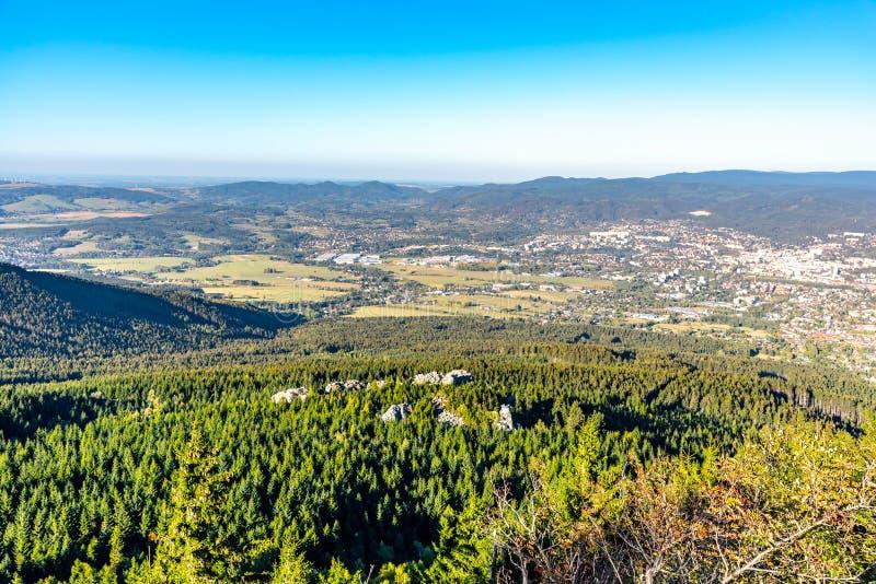 Vista aérea de la ciudad de Liberec y de las montañas de Jizera de la montaña bromeada en la tarde soleada del verano República C imágenes de archivo libres de regalías