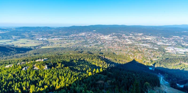 Vista aérea de la ciudad de Liberec y de las montañas de Jizera de la montaña bromeada en la tarde soleada del verano República C fotos de archivo libres de regalías