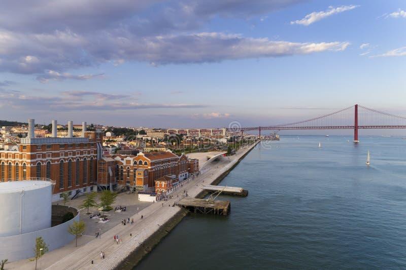 Vista aérea de la ciudad de Lisboa con los barcos de vela en el río Tagus Rio Tejo y los 25 de April Bridge en el fondo; imagen de archivo