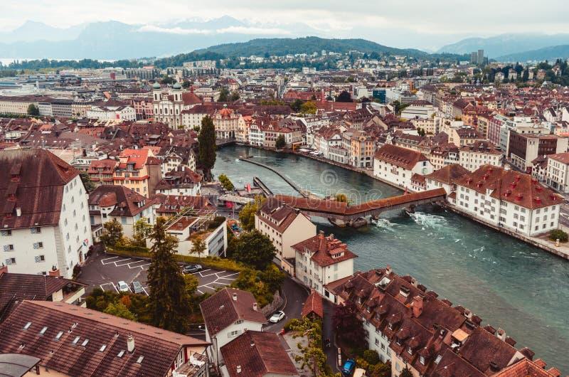 Vista aérea de la ciudad de Lucern Suiza en las montañas cubiertas de un día en el fondo imagenes de archivo