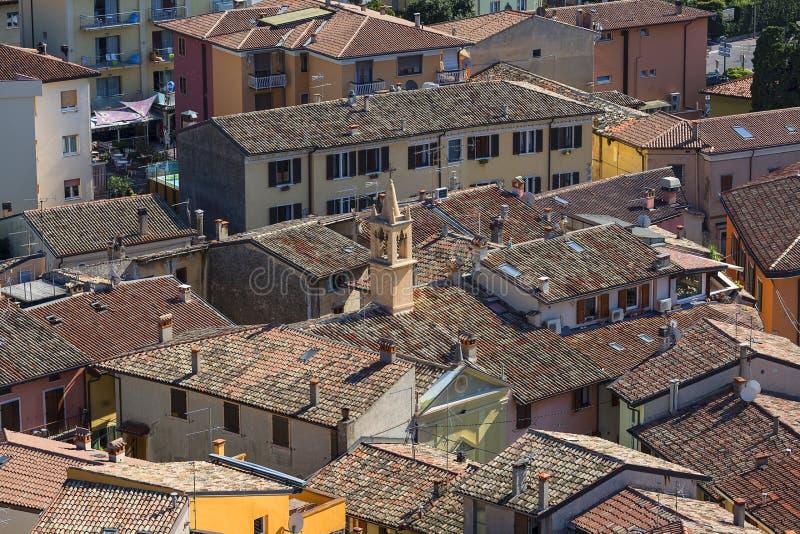 Vista aérea de la ciudad Malcesine por el lago Garda, Italia foto de archivo libre de regalías