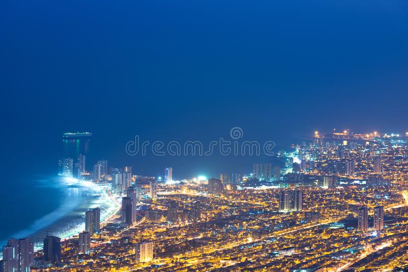 Vista aérea de la ciudad de puerto de Iquique en la costa del desierto de Atacama fotos de archivo