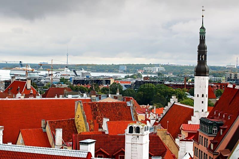 Vista aérea de la ciudad Tallinn con los tejados, el puerto y la iglesia brillantes del Espíritu Santo, Estonia de Tallinn imagen de archivo