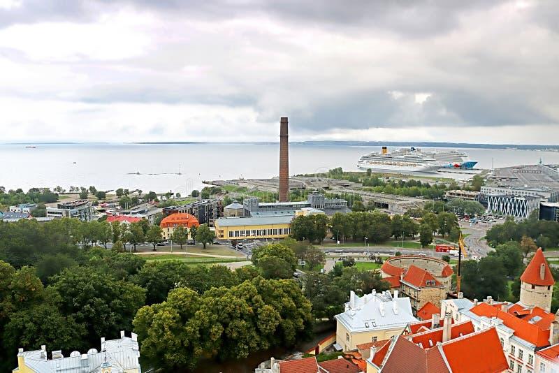 Vista aérea de la ciudad Tallinn con los tejados y el puerto brillantes de Tallinn, Estonia foto de archivo
