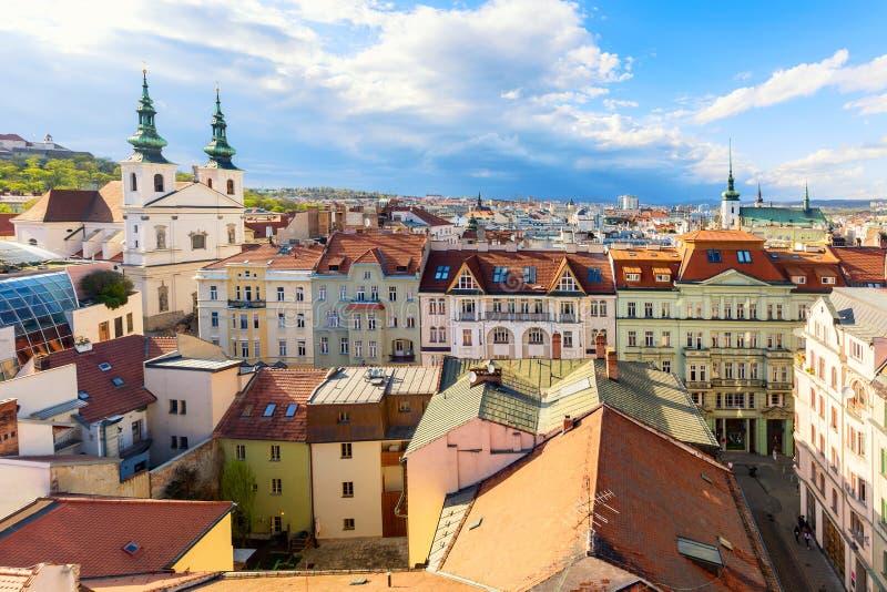Vista aérea de la ciudad vieja de Brno durante el día soleado del verano, República Checa Brno es la capital de la región de Mora imagen de archivo