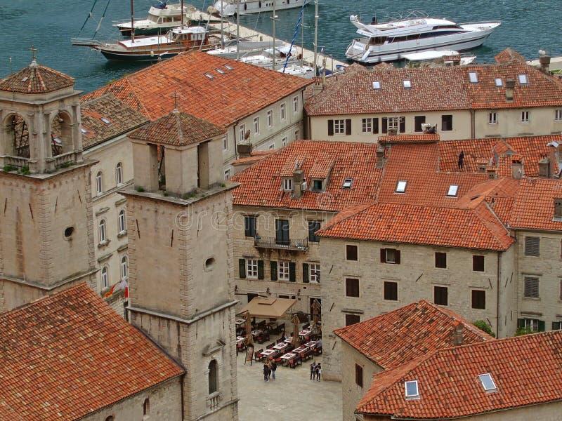 Vista aérea de la ciudad vieja de Kotor con los edificios del tejado y la bahía tejados anaranjados históricos de Kotor imagen de archivo libre de regalías