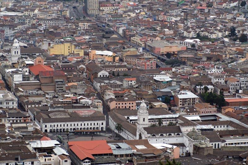 Vista aérea de la ciudad vieja de Quito fotos de archivo