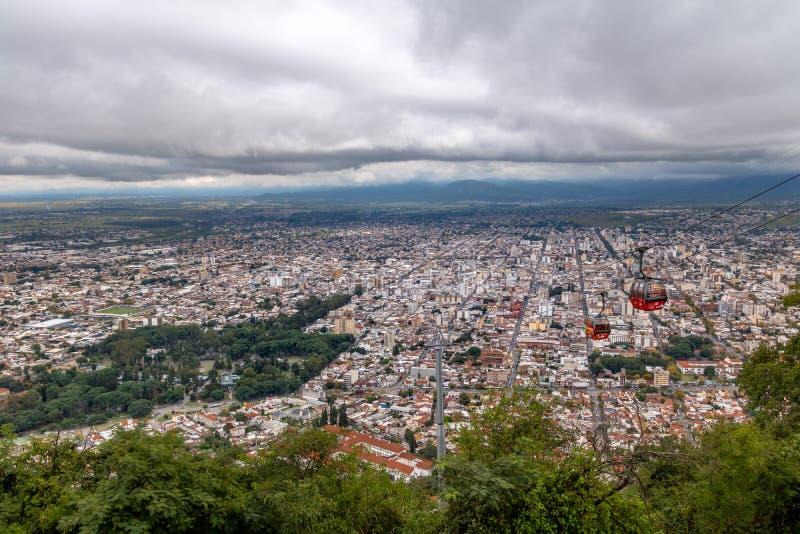 Vista aérea de la ciudad y del teleférico del punto de vista de Cerro San Bernardo - Salta, la Argentina de Salta imagenes de archivo