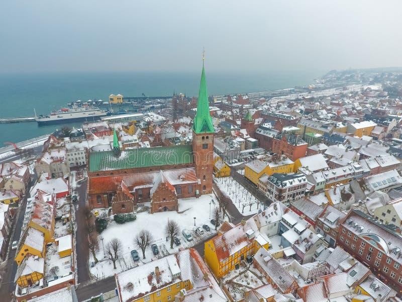Vista aérea de la ciudad y de la iglesia del invierno, Dinamarca de Helsingor de Sankt Olai imágenes de archivo libres de regalías