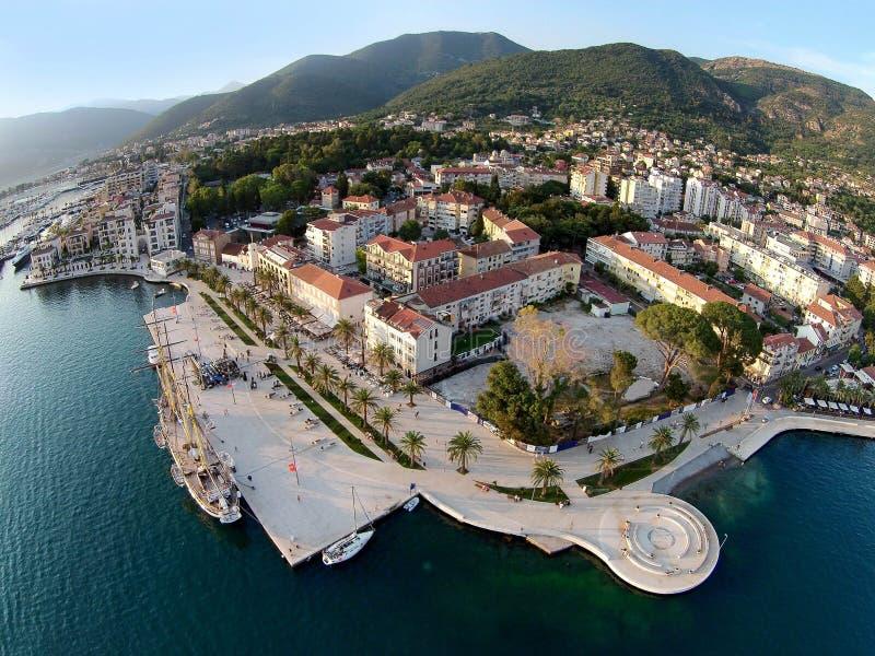 Vista aérea de la ciudad y de Oporto Montenegro de Tivat fotos de archivo