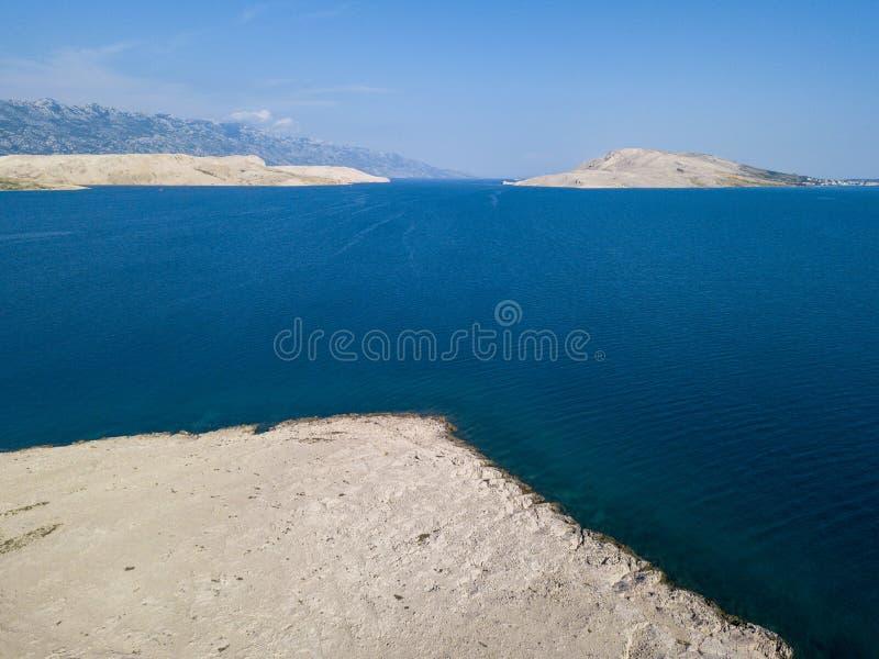 Vista aérea de la costa de Croacia, promontorios que pasan por alto el mar, isla del Pag Descripción de montañas y del mar fotografía de archivo libre de regalías