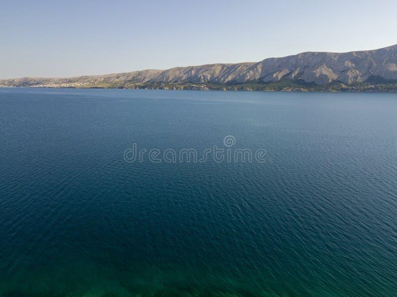 Vista aérea de la costa de Croacia, promontorios que pasan por alto el mar, isla del Pag Descripción de montañas y del mar fotos de archivo libres de regalías