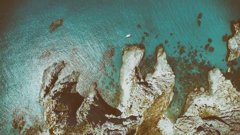Vista aérea de la costa costa del beautidl con las montañas y las rocas fotos de archivo libres de regalías