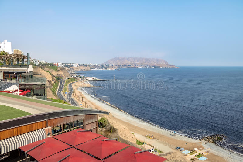Vista aérea de la costa del verde de Miraflores - Lima, Perú imagen de archivo