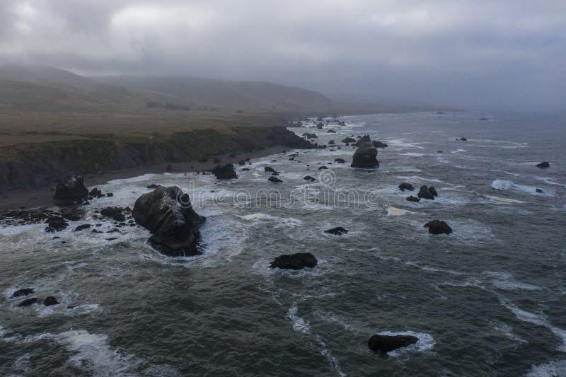 Vista aérea de la costa costa de las nubes, del océano y de California fotos de archivo
