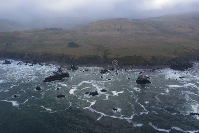 Vista aérea de la costa de las nubes, del océano y de California septentrional fotografía de archivo libre de regalías