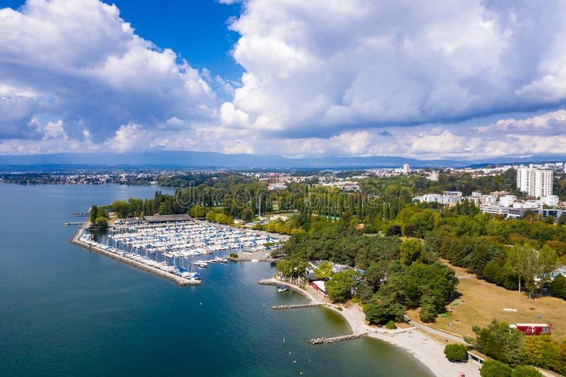 Vista aérea de la costa de Ouchy en Lausanne Suiza foto de archivo