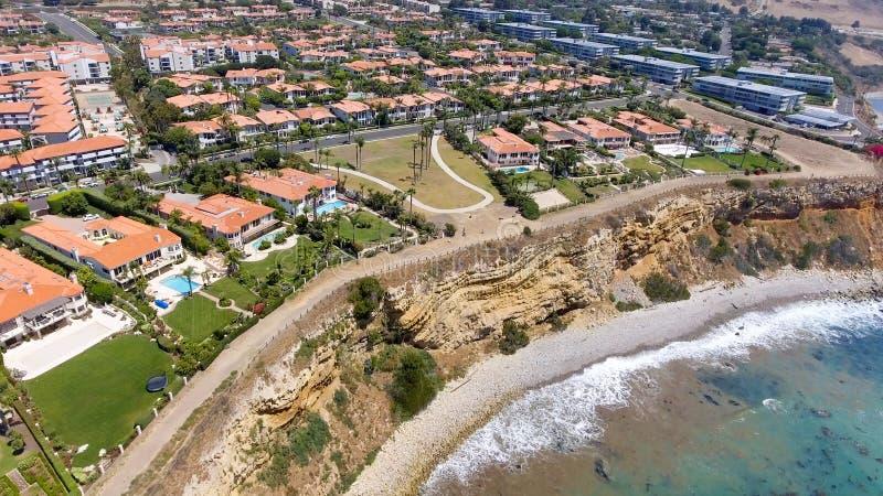 Vista aérea de la costa costa y de los hogares, Californ de Rancho Palos Verdes imagen de archivo libre de regalías