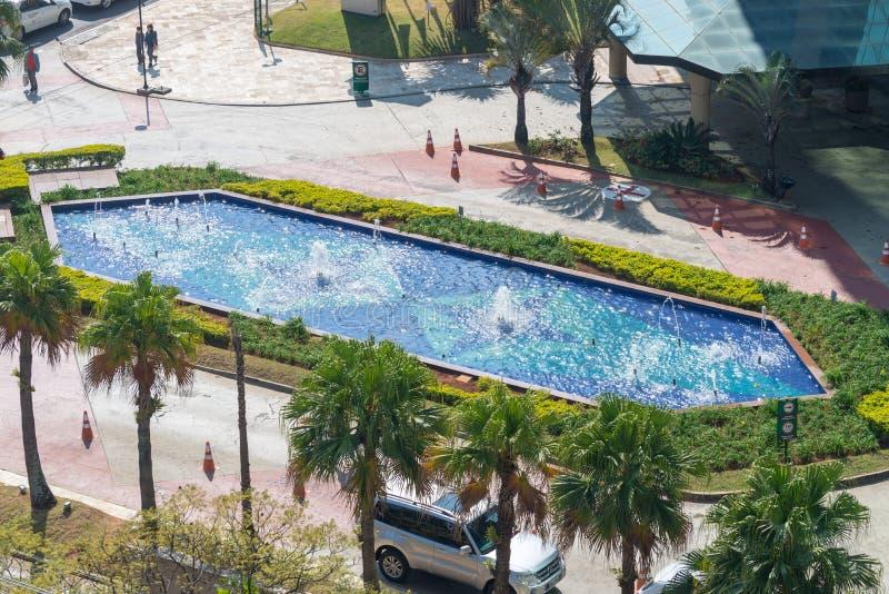 Vista aérea de la entrada del hotel con la fuente fotografía de archivo libre de regalías
