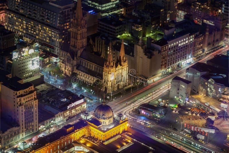 Vista aérea de la estación y de St Pauls Cathedral a de la calle del Flinders imagenes de archivo