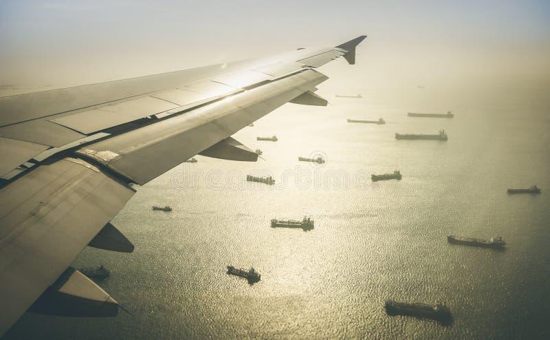 Vista aérea de la flota industrial de los buques de carga que se mueve a Hong Kong foto de archivo